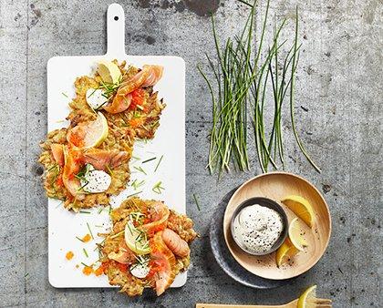 Naleśniki z warzywami i wędzonym łososiem