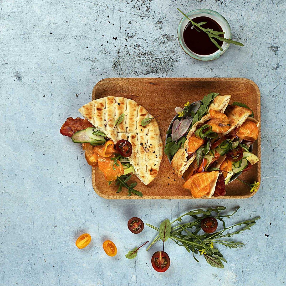 Pita z wędzonym łososiem MOWI, ogórkiem, pomidorami, rukolą, awocado i sosem BBQ