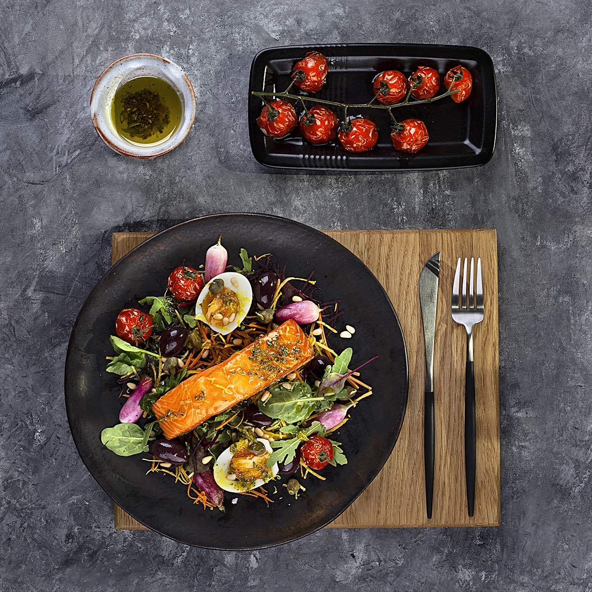 Sałata z pieczonym wędzonym łososiem MOWI, jajkiem, oliwkami, marchewką i pieczonymi pomidorami