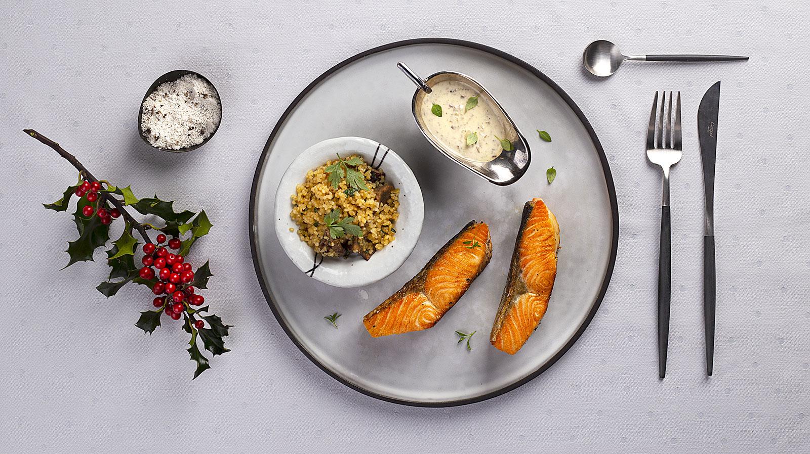 Łosoś zapiekany z sosem truflowym i bulgurem ze smażonymi grzybami.