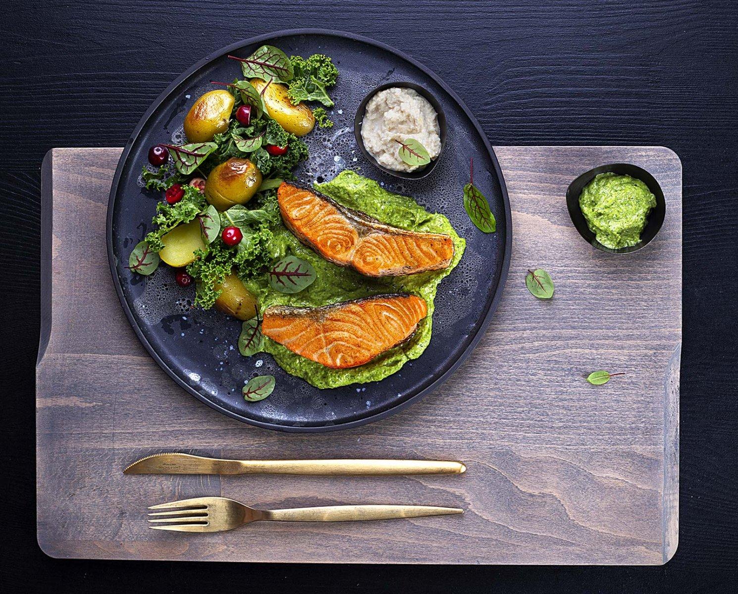 Smażony łosoś z salsa verde z chrzanem
