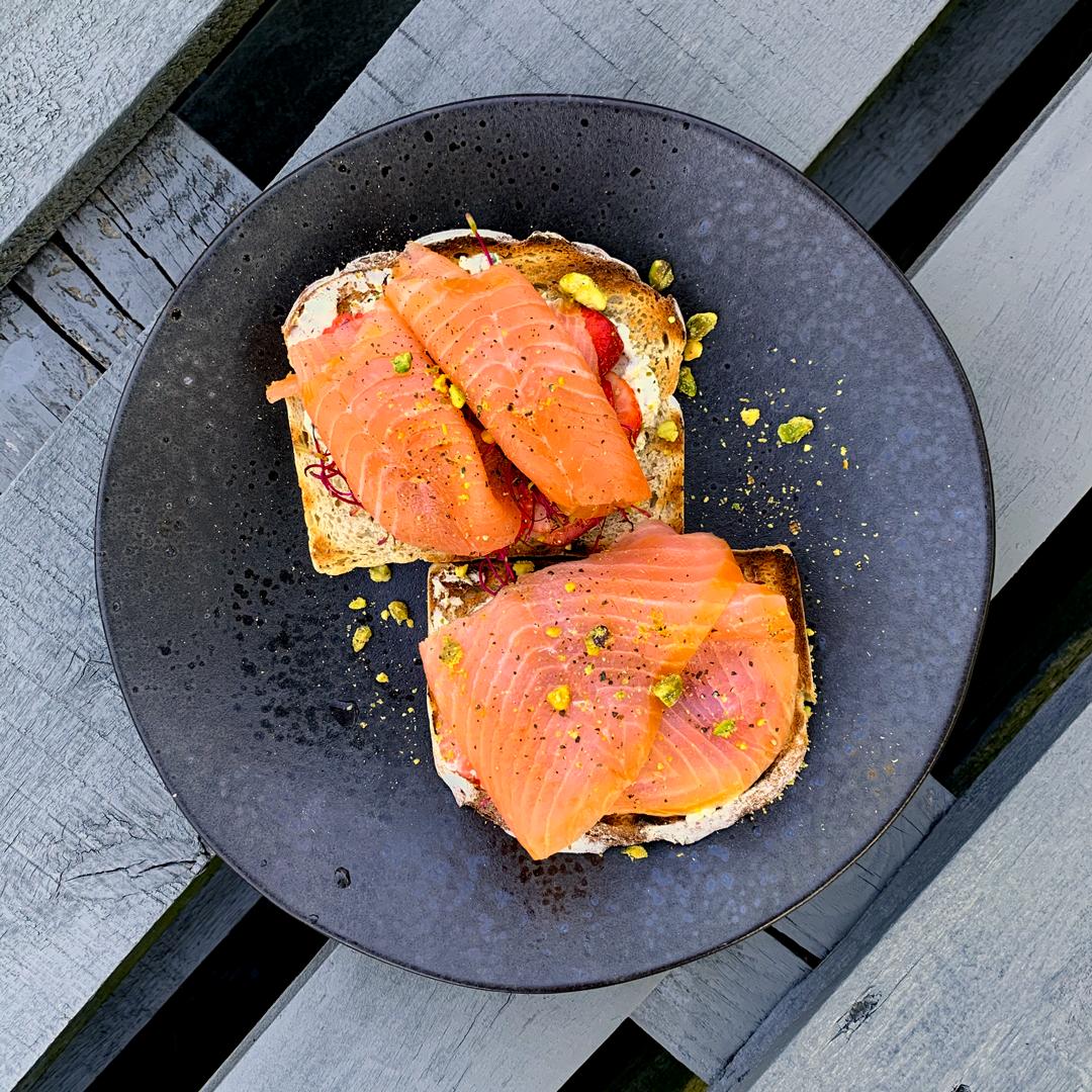 Grzanki z chleba razowego, z wędzonym łososiem MOWI i pastą z pistacji z truskawkami