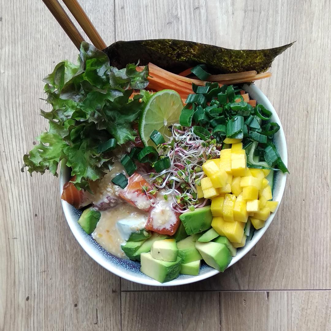 Poke bowl z surowym łososiem MOWI z ryżem