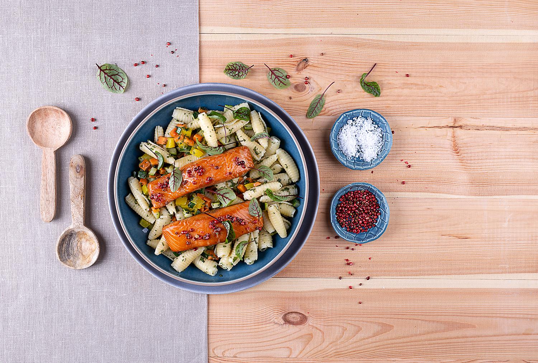 Pieczony łosoś MOWI i sałatka makaronowa z warzywami