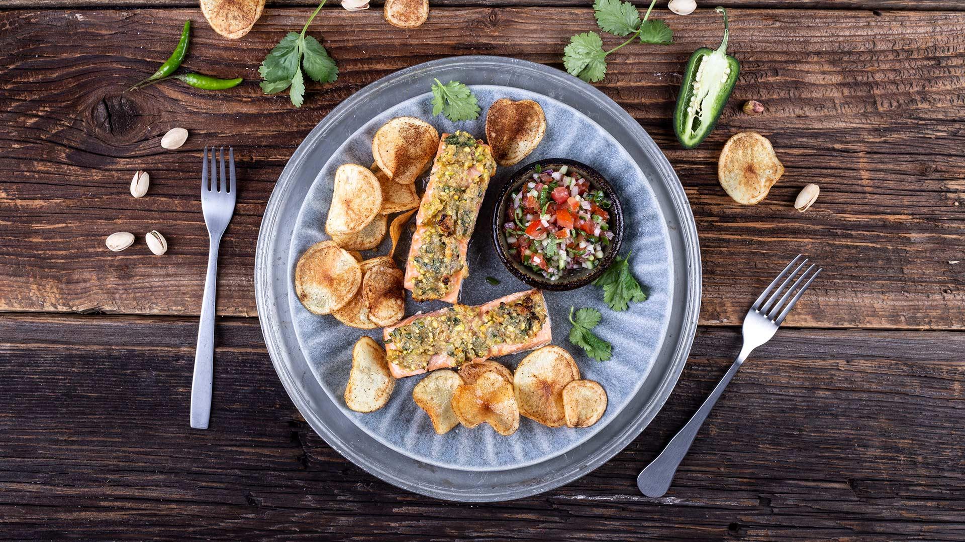 Łosoś MOWI zapiekany z pistacjową kruszonką z paprykowymi chipsami i salsą