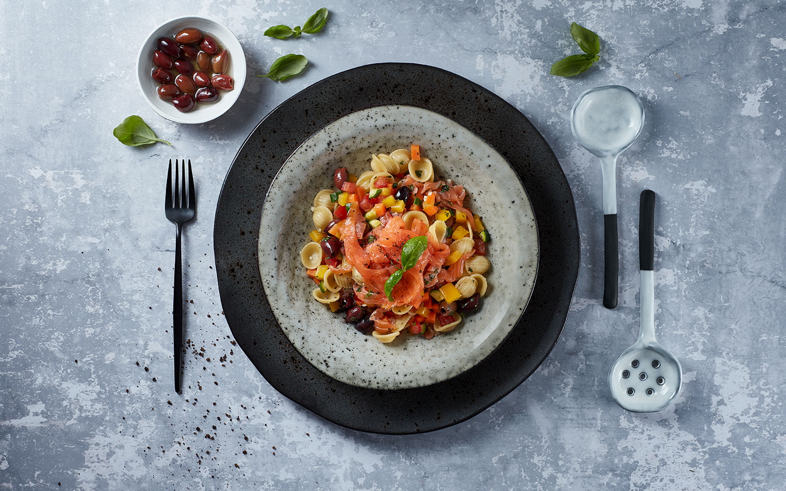 Sałatka makaronowa z wędzonym łososiem, papryką, marchewką i oliwkami